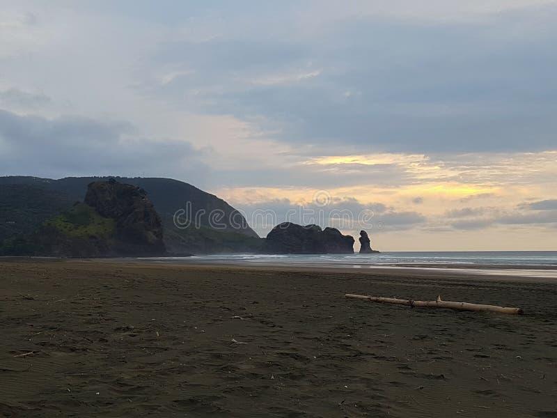 在黑海滩的日出 库存照片