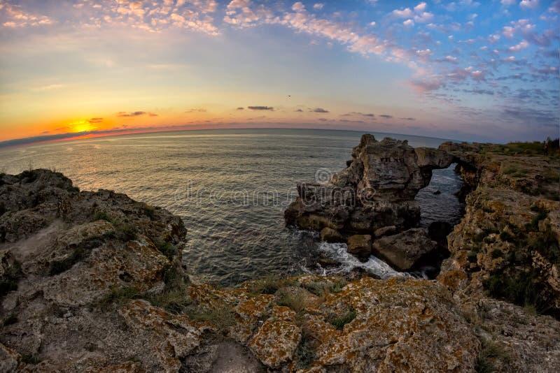 在黑海的美好的日出有在岸的岩石的 免版税库存照片