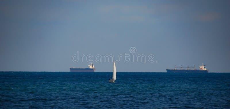 在黑海的背景的白色风船 库存照片