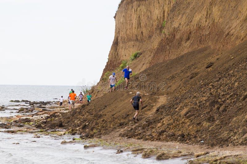在黑海的边缘的赛跑者 库存照片