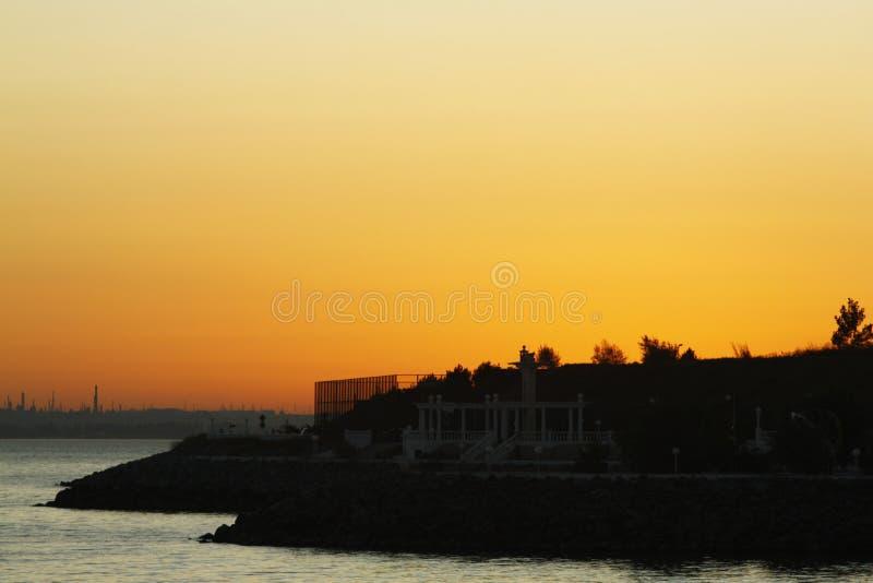 在黑海的金黄日落海滩的 免版税图库摄影