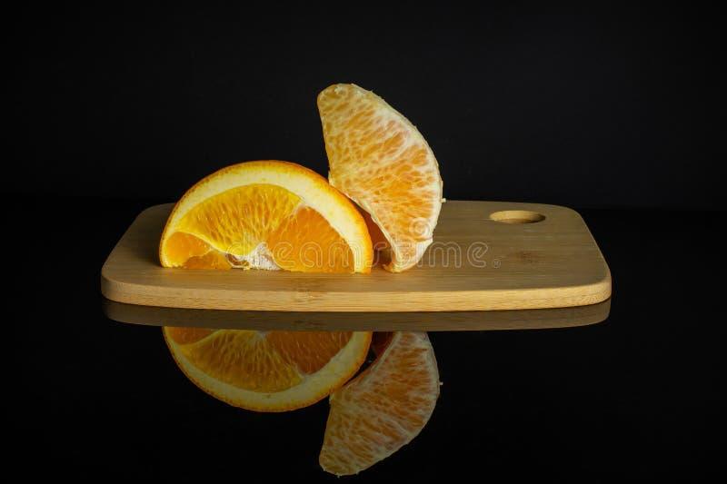 在黑玻璃隔绝的甜橙 库存图片