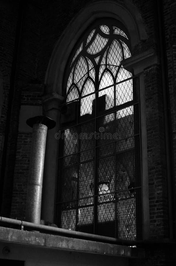 在黑白射击的一个古色古香的大教堂的哥特式窗口 免版税库存照片