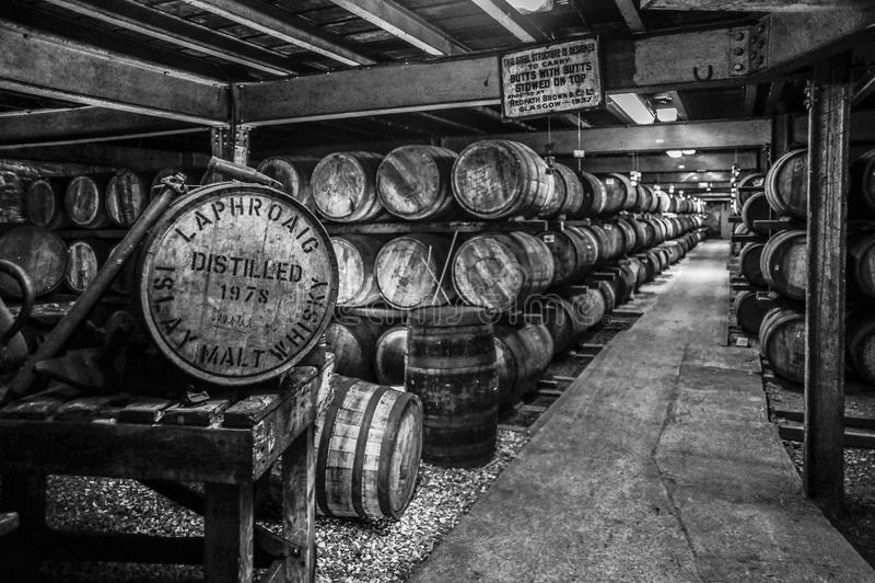 在黑白的威士忌酒桶 免版税库存图片