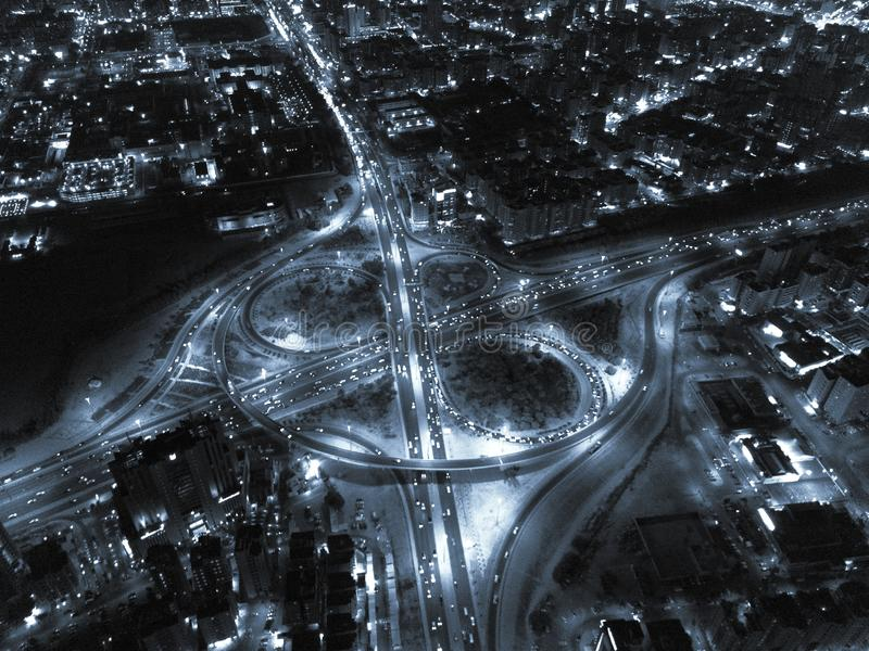 在黑白的硒的夜间繁忙的高速公路交通 免版税库存照片