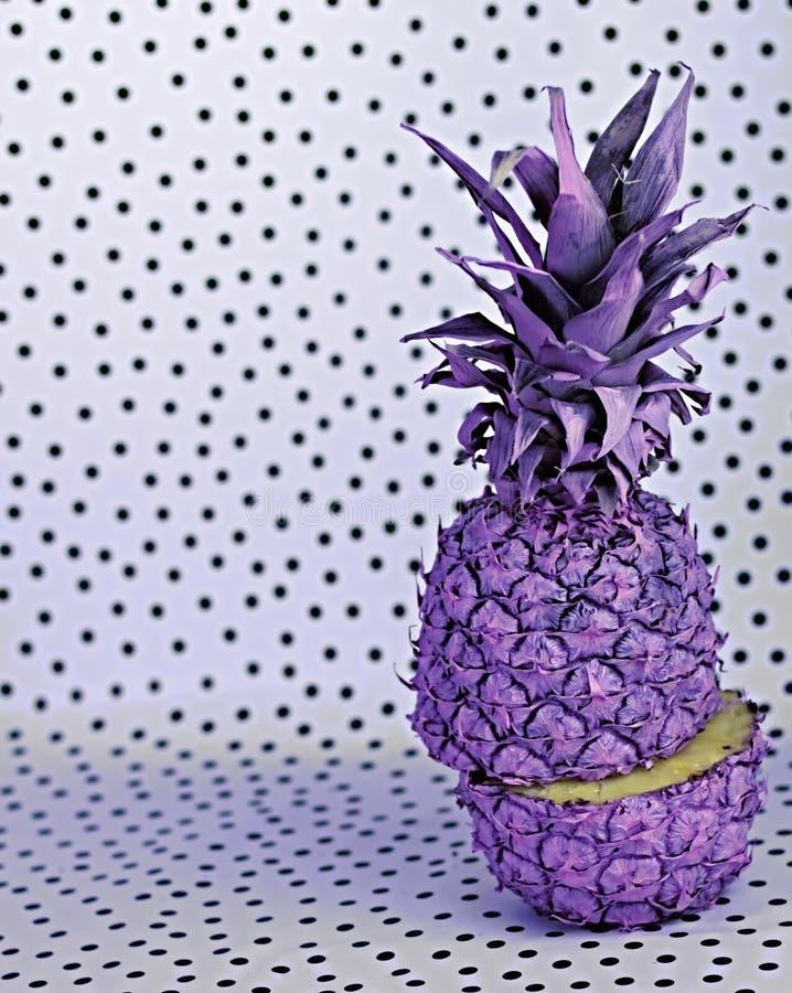在黑白背景的一个色的菠萝 库存照片