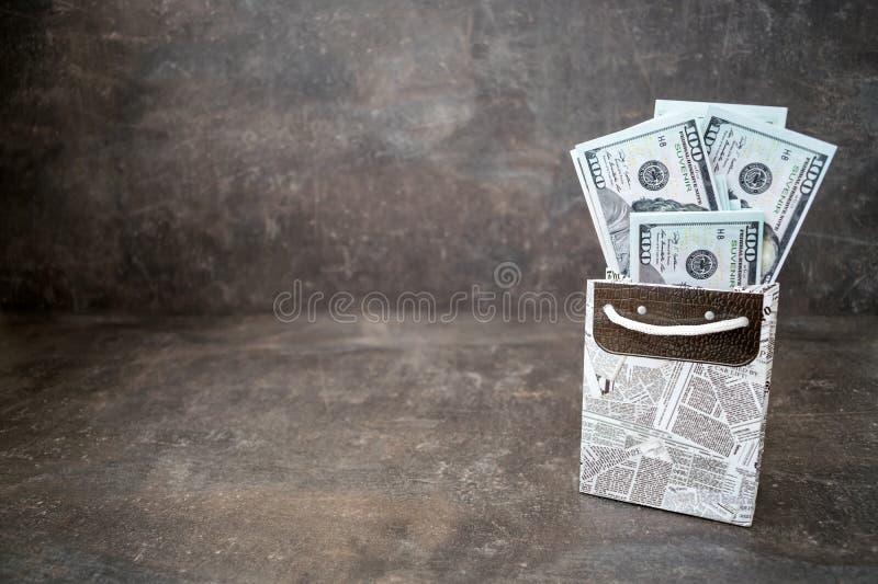 在黑白色礼物的很多100美金在黑暗的backgr请求 库存图片