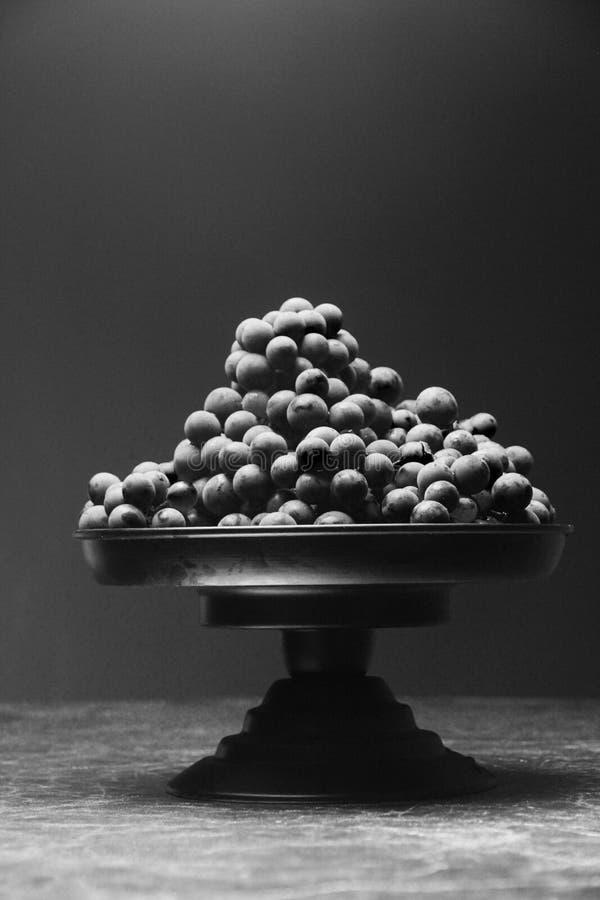 在黑白颜色的很多葡萄 库存照片