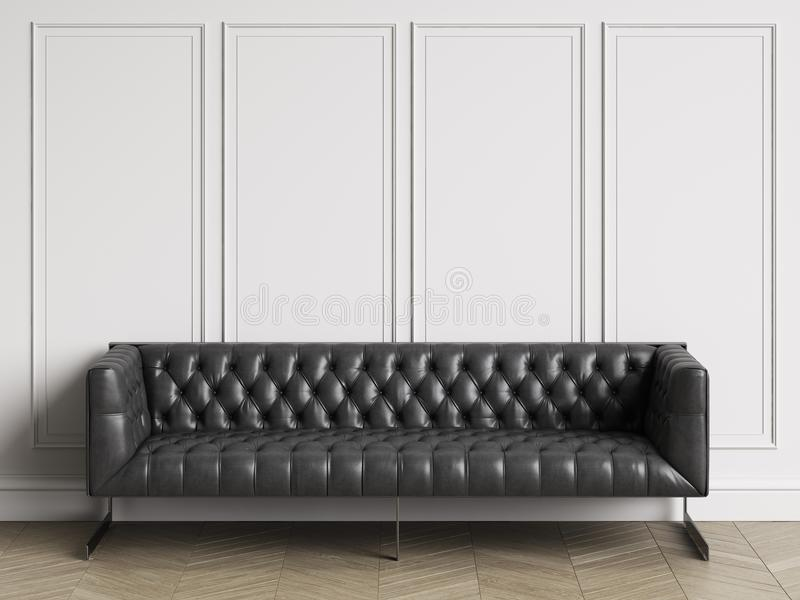 在黑皮革的经典装缨球沙发在与拷贝空间的经典内部 皇族释放例证