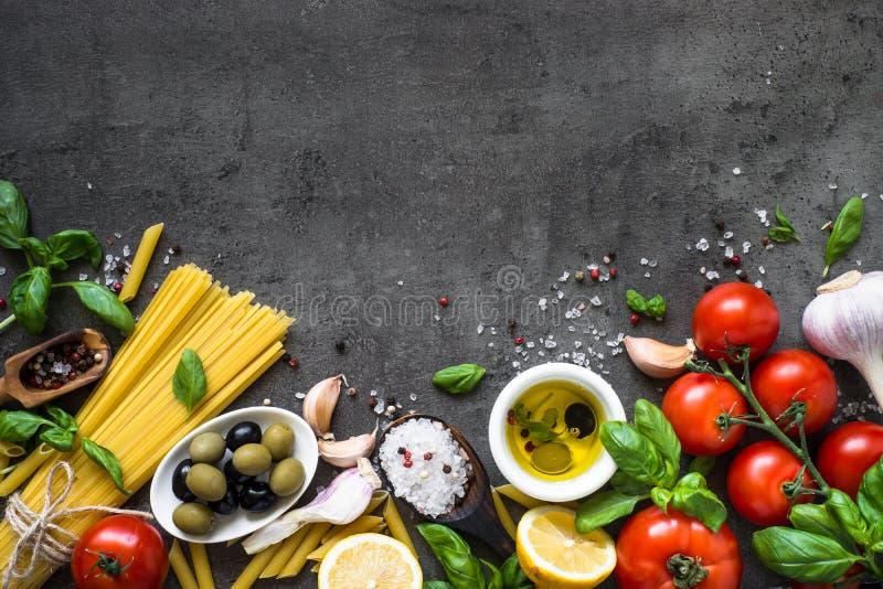 在黑石桌上的意大利食物背景 顶视图 免版税图库摄影