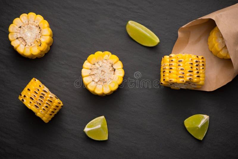 在黑石背景的可口鲜美烤玉米 免版税库存照片