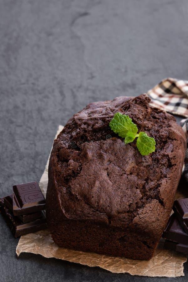 在黑石背景的自创巧克力大面包蛋糕 免版税库存图片