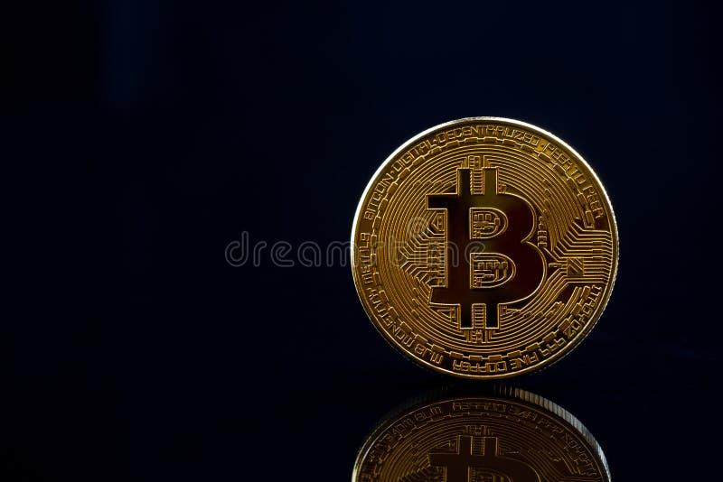 在黑背景与反射,警察的被隔绝的金黄bitcoin 免版税库存照片
