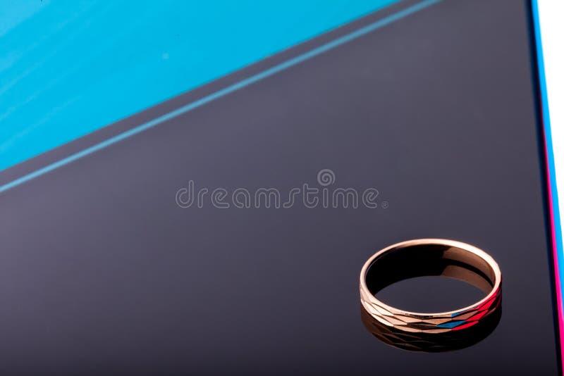 在黑背景与小平面的金戒指隔绝的 塑造珠宝 免版税库存照片