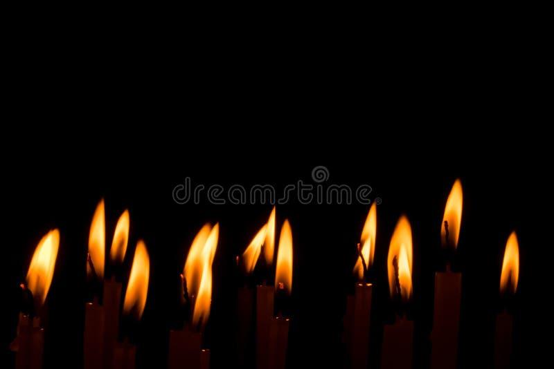 在黑背景中隔绝的烛光焰集合 免版税库存照片