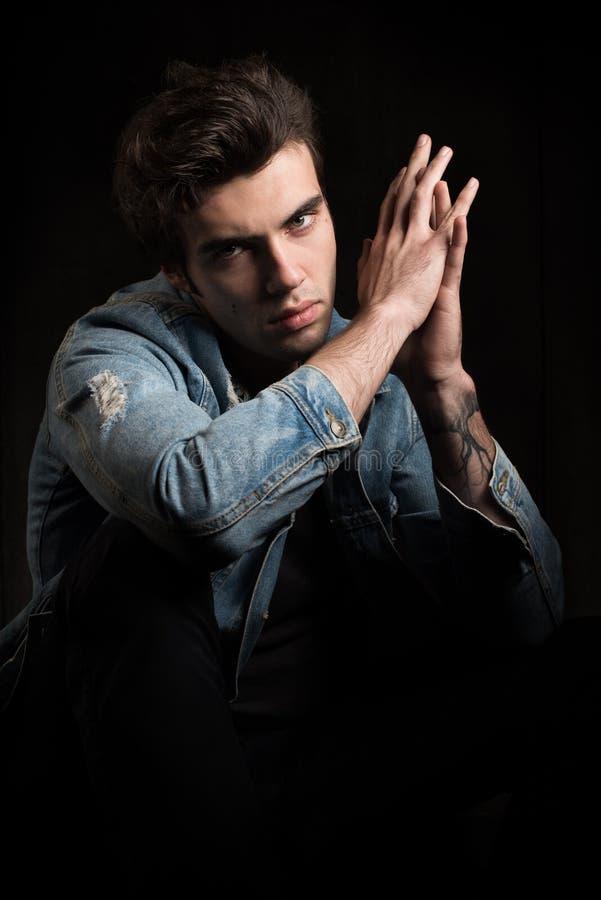 在黑背景的一张勇敢的画象 英俊的人年轻人 库存照片
