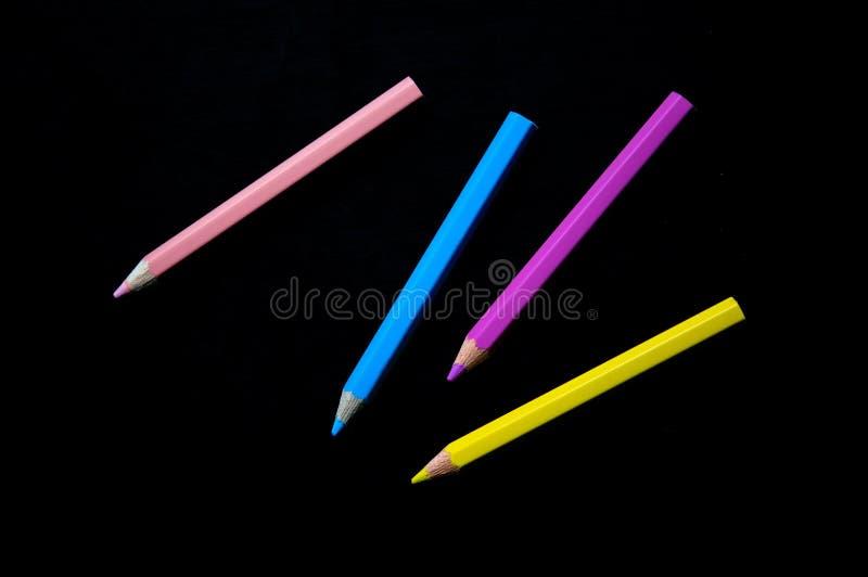 在黑背景的五颜六色的铅笔 颜色铅笔或蜡笔儿童艺术的 图库摄影