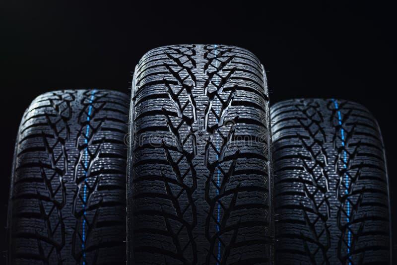在黑背景的冬天轮胎与明暗差别强烈照明设备 免版税库存图片