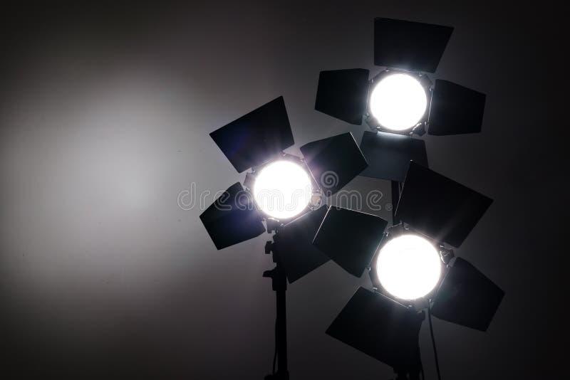 在黑背景的几台反射器在照片演播室 库存图片