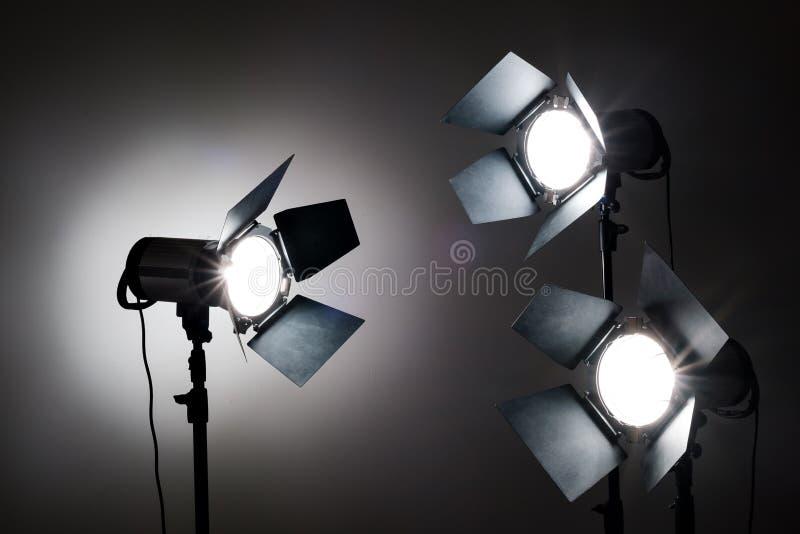 在黑背景的几台反射器在照片演播室 图库摄影
