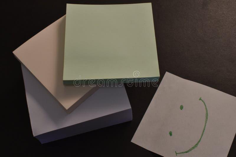 在黑背景的办公室纸贴纸 免版税库存照片