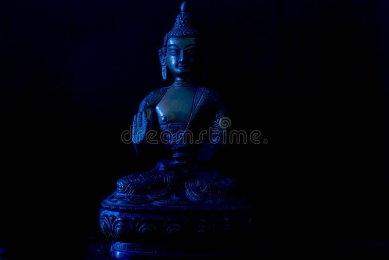 在黑背景的古色古香的菩萨金属雕象 免版税库存图片