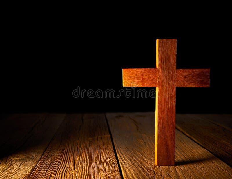 在黑背景的基督徒木十字架 免版税图库摄影