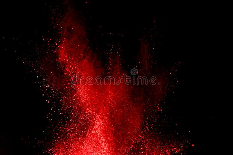 在黑背景的抽象红色粉末爆炸 在黑背景splatted的抽象红色粉末 前红色粉末的冻结行动 库存图片