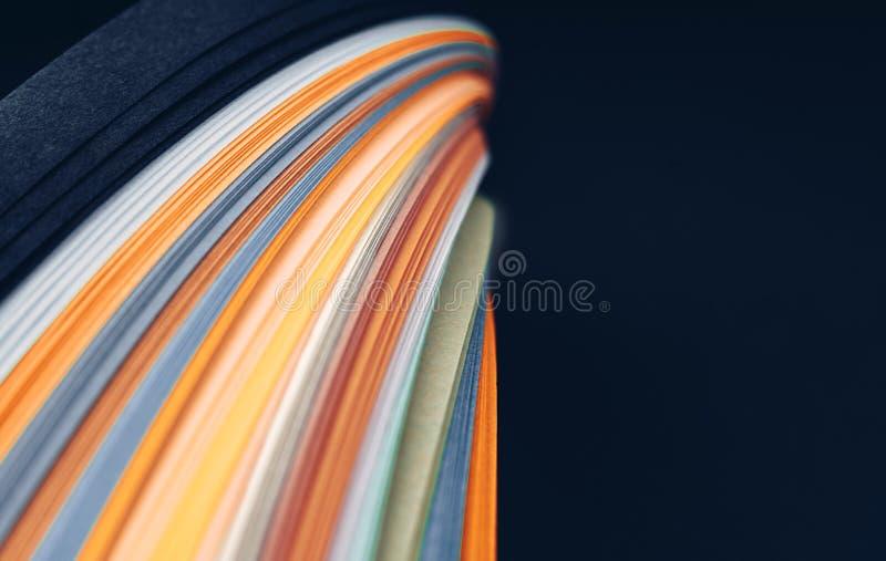 在黑背景的摘要明亮的波浪线 E 免版税图库摄影