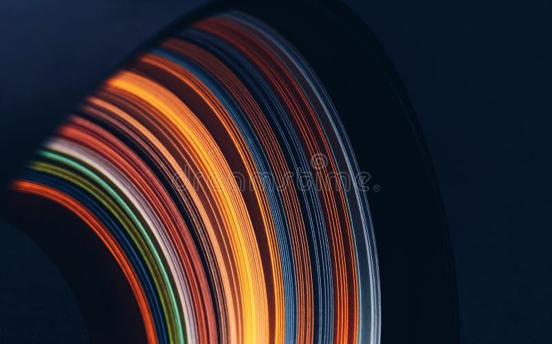 在黑背景的摘要明亮的波浪线 E 图库摄影