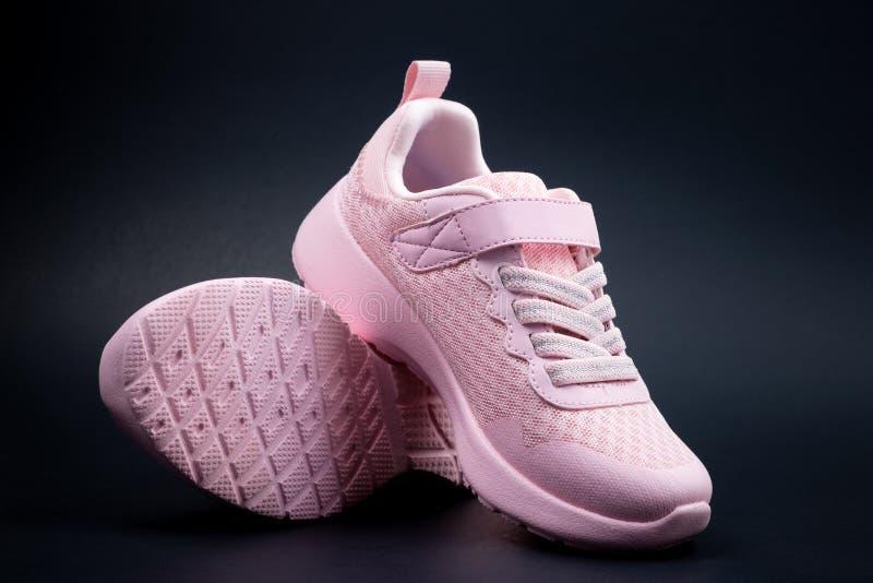 在黑背景的未打上烙印的桃红色跑鞋 免版税库存图片