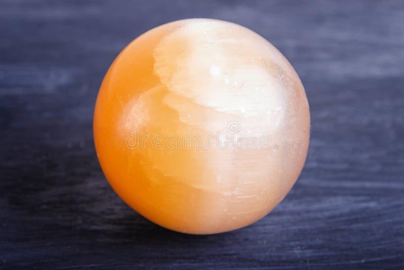 在黑背景的橙色石华球形 免版税库存图片