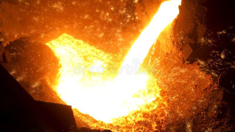 在黑背景的火花从倾吐热的钢的过程,重工业 E 接近为iquid 库存照片