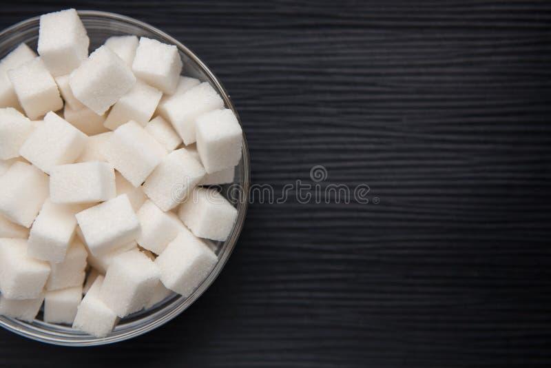 在黑背景的白糖与拷贝空间 库存照片