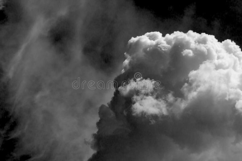 在黑背景的白色云彩 免版税库存图片