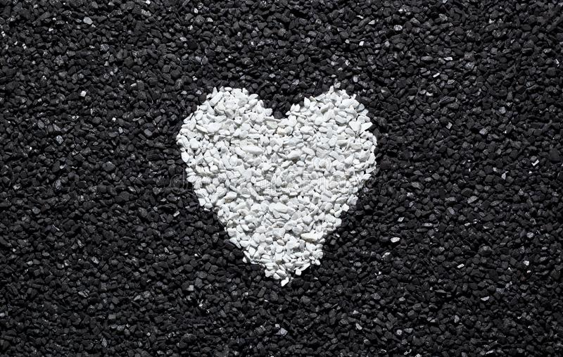 在黑背景的白色心脏 图库摄影