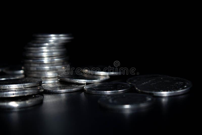 在黑背景的硬币 免版税库存照片