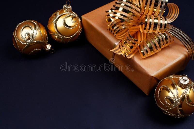 在黑背景的礼物和圣诞节中看不中用的物品 免版税库存照片
