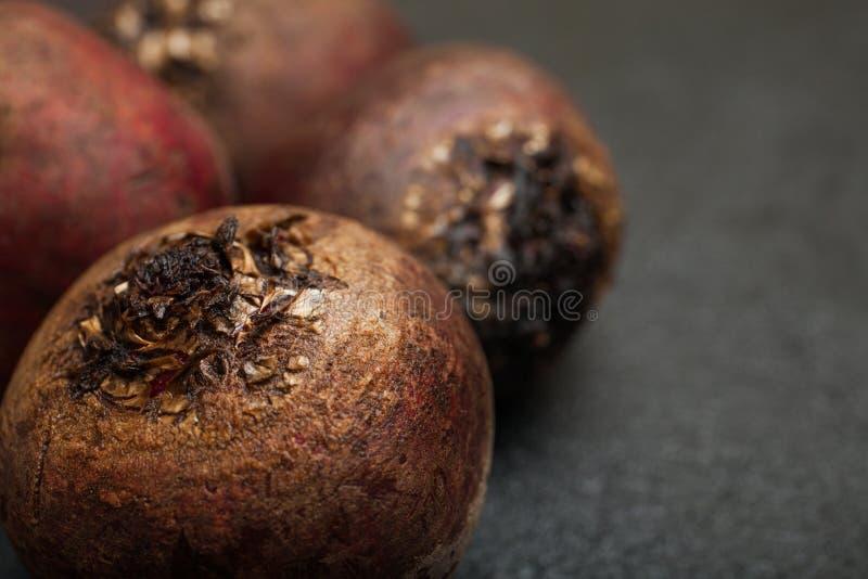 在黑背景的红色甜菜,特写镜头 库存照片