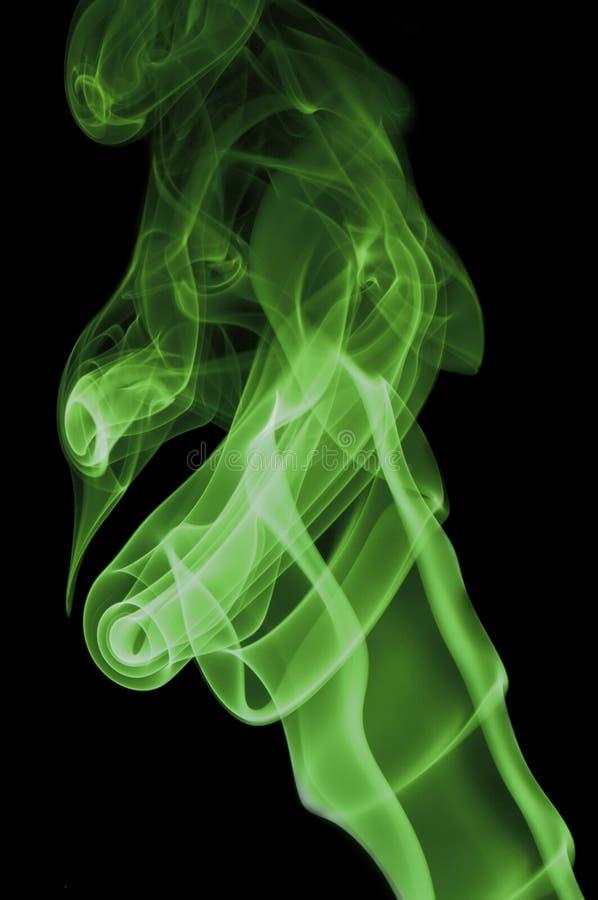 在黑背景的绿色烟 库存照片