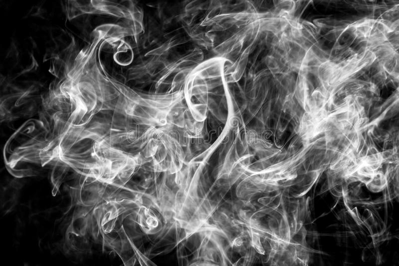 在黑背景的美丽的白色烟 抽象烟或雾纹理背景样式 库存图片