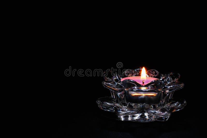 在黑背景的蜡烛光,烛台特写镜头,燃烧的火焰 免版税库存照片