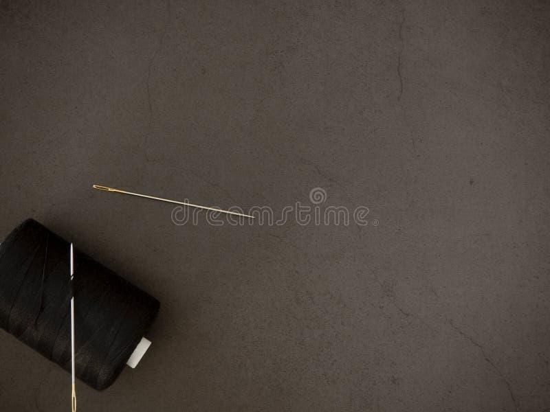 在黑背景的螺纹针 免版税库存照片
