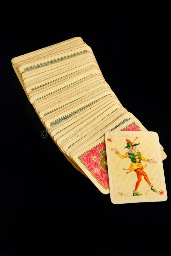 在黑背景的赌博娱乐场纸牌 免版税库存照片