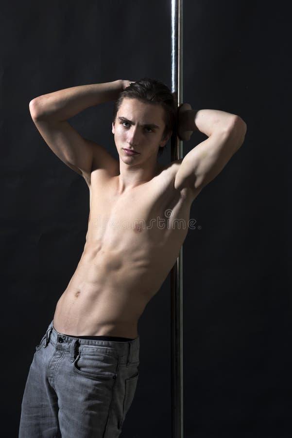 在黑背景的赤裸上身的人杆跳舞 库存图片