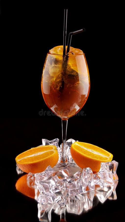 在黑背景的酒精鸡尾酒用新鲜的夏天果子和冰块 免版税库存照片