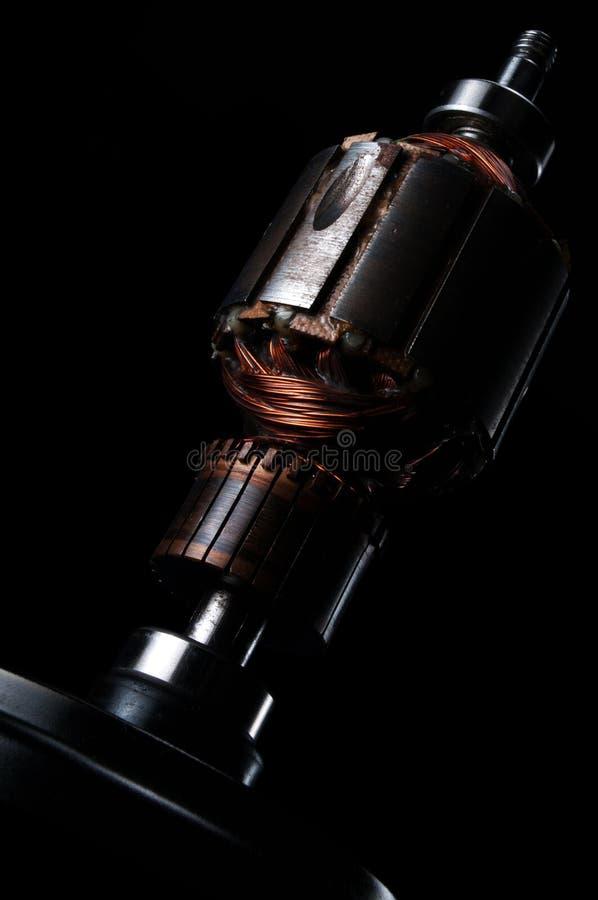 在黑背景的铜卷电动子 图库摄影