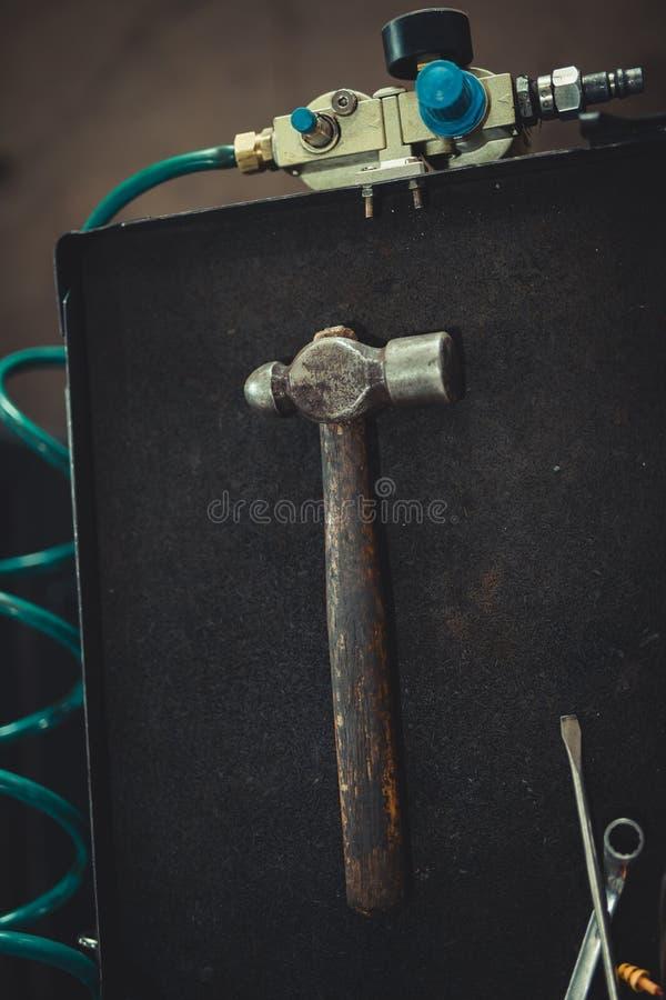 在黑背景的锤子 免版税库存图片