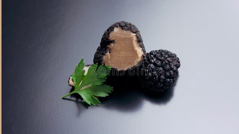 在黑背景的黑意大利块菌 免版税库存照片