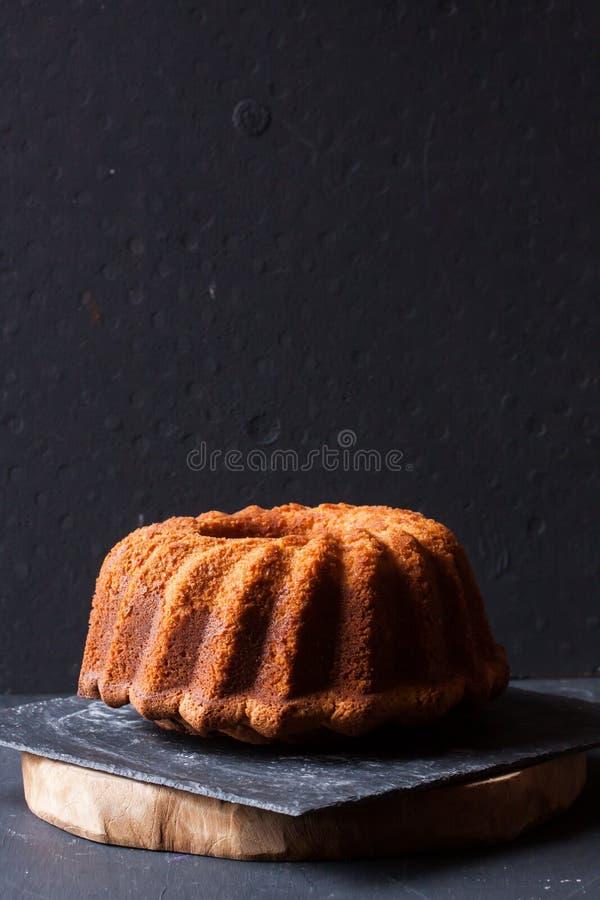 在黑背景的Bundt蛋糕 库存图片